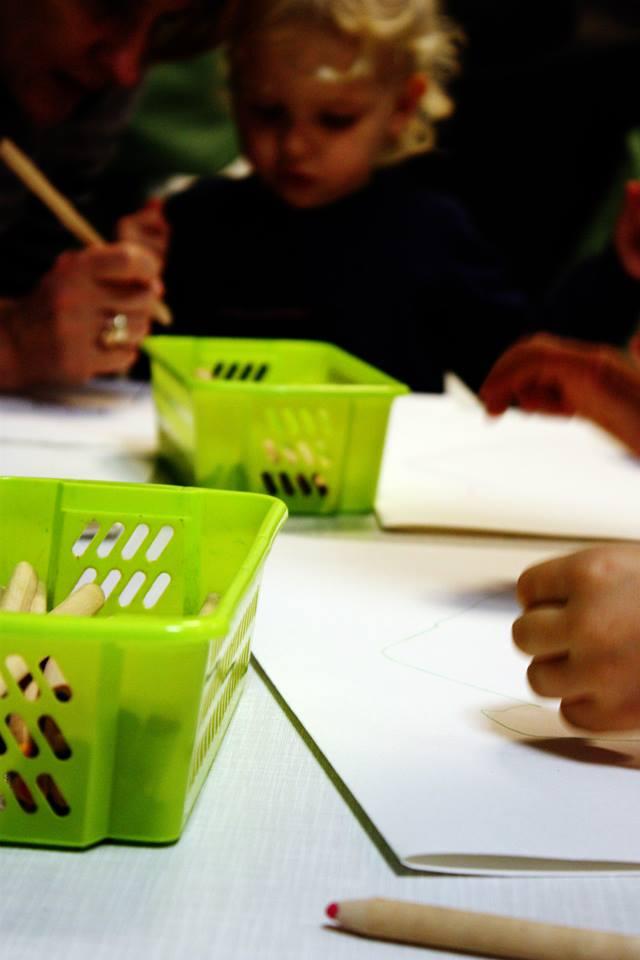 prace plastyczne. dzieci rysowały domy, swoich bliskich i rozważały o Bożej miłości.