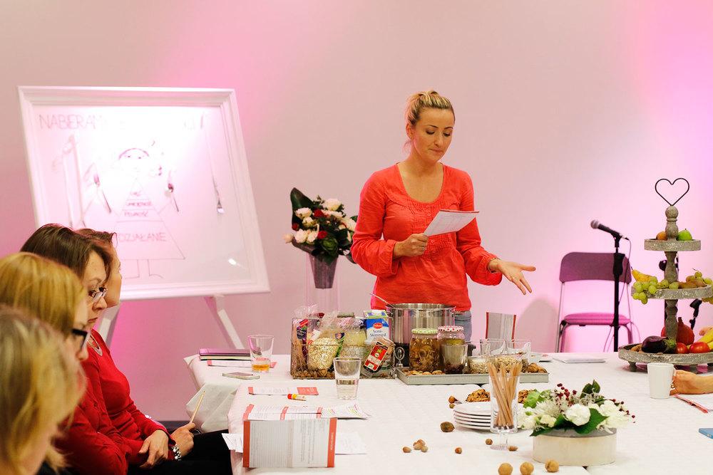 spotkanie rozpoczeła karolina sieja, matka dwójki dzieci i praktykująca zdrowe odżywianie ekspertka naturalnego żywienia