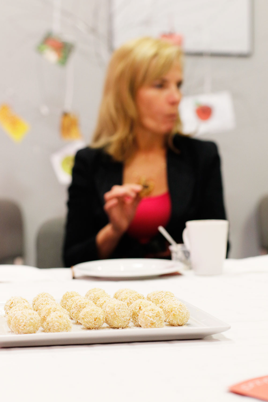 albo wspaniałych i pysznych kulek rafaello z kaszy jaglanej i płatków kokosa - przepis też poniżej.