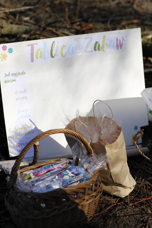 tablica zabaw z niecierpliwością czekała by dzieci na nią kwiatki zbierały i punkty nabijały
