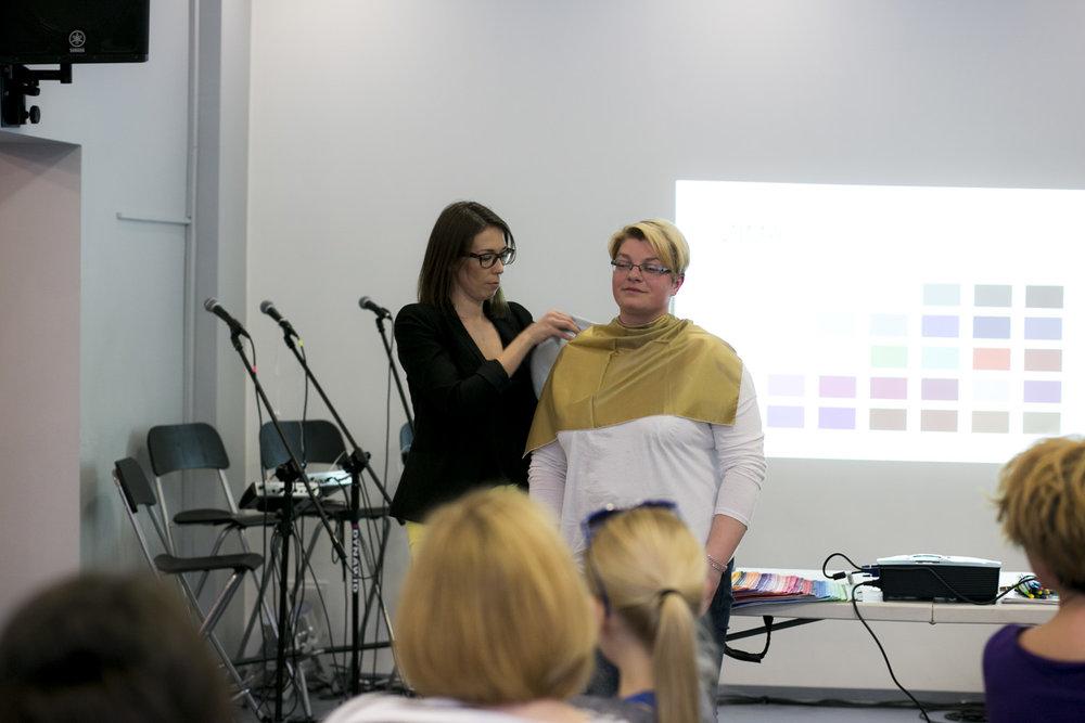 i tak oto zaczęła się część praktyczna naszego spotkania, każda z Pań mogła zaczerpnąć rady stylistki, jakie barwy pasują do naszego typu urody