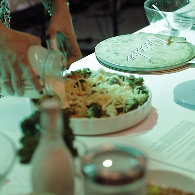 ciasto francuskie oraz mrożone warzywa mogą uratować nasz obiad. kolejne szybkie w wykonaniu danie przygotowane przez kasię. oto przepis:  składniki:  *ciasto francuskie   *warzywa: marchewka, kalafior, brokuł  *300-400 ml śmietany (wymieszana 18% z 30%)  *4 jajka  *3-4 garstki startego żółtego sera  *sól pieprz  1) mrożone ciasto francuskie rozłożyć w najlepiej okrągłej ceramicznej formie. Lekko je przydusić do brzegów i spodu oraz dosyć gęsto nakłuć widelcem. Nagrzać piekarnik do 200 C i piec ciasto przez ok. 10-15 minut.  2) marchewkę, kalafior, brokuły świeże, bądź mrożone zblanszować na parze z dodatkiem soli i tellofix-u  3) wymieszać jaja ze śmietaną z dodatkiem soki i pieprzu do smaku  4) wyłożyć warzywa na podpieczone ciasto, zalać śmietaną z jajkami posypać startym żółtym serem  5) zapiekać wszystko w piekarniku nagrzanym do temp. 180-200 C przez około 20-30 min (pod koniec można włączyć termoobieg)
