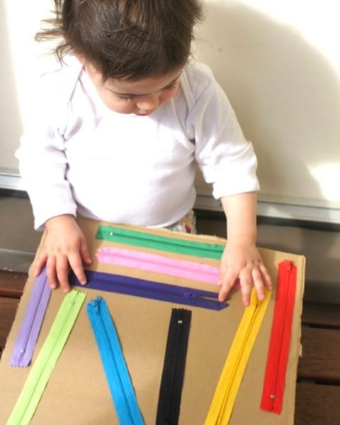 Here is a handmade DIY zipper board for kids, which is great for developing fine motor skills, independence and sensory awareness. Try it at home and test the results! #MLCMiami #LearningMadeMagical