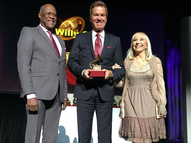 Willy Chirino recibiendo el Grammy a la Excelencia Musical el 19 de Noviembre en Las Vegas.