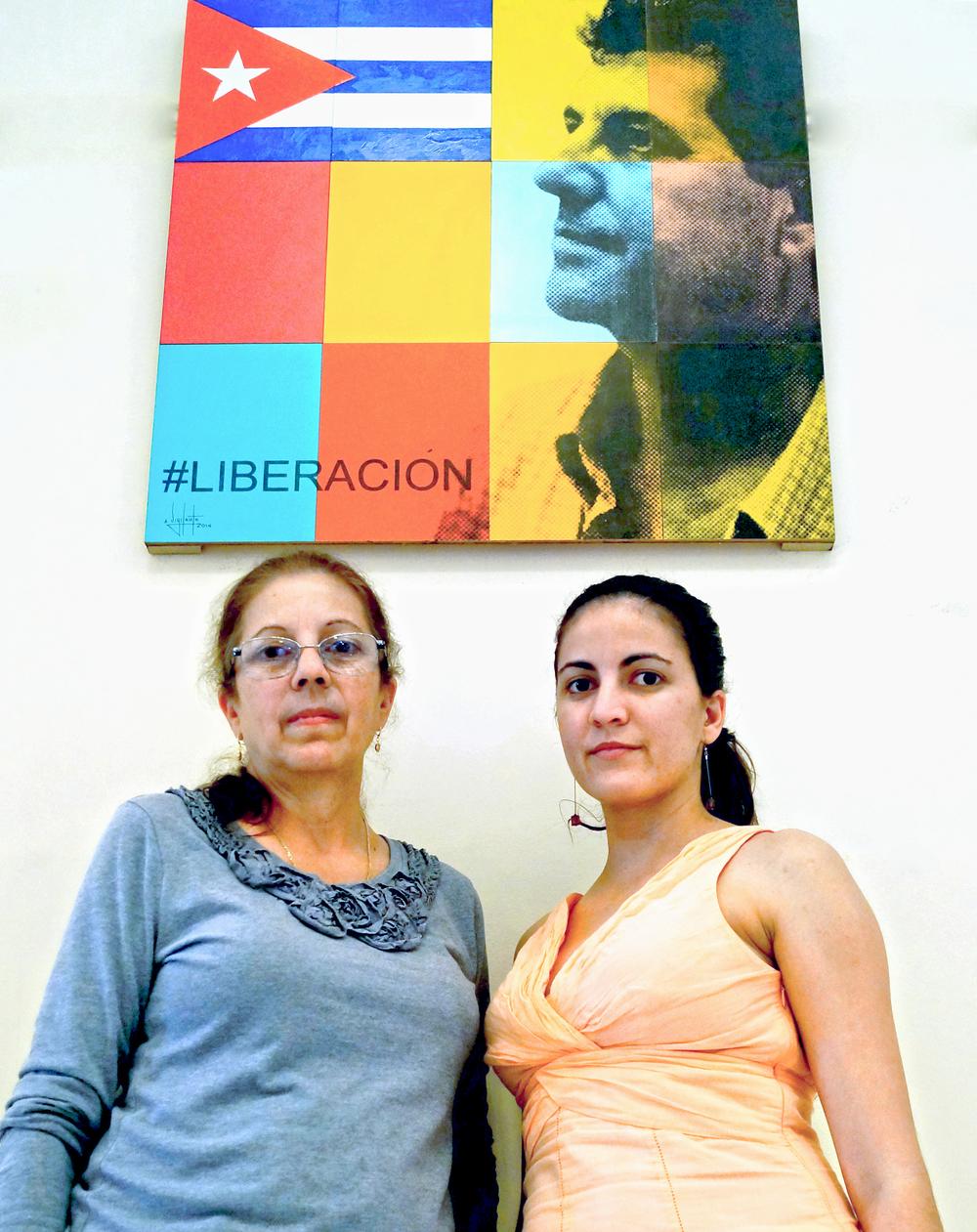 Ofelia Acevedo y Rosa María Payá en el Instituto San Carlos de Key West organizandola muestra.