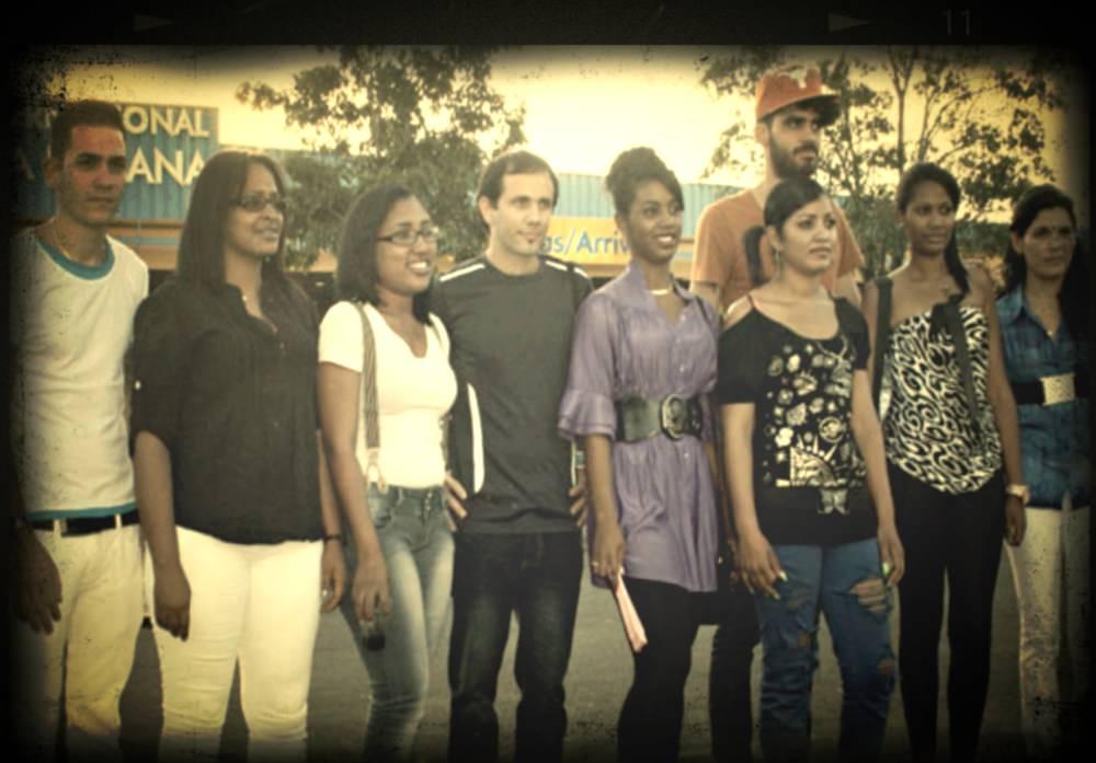 """Henry Constantín junto al grupo de jóvenes cubanos que formaron parte del grupo de estudios """"Somos un pueblo""""."""