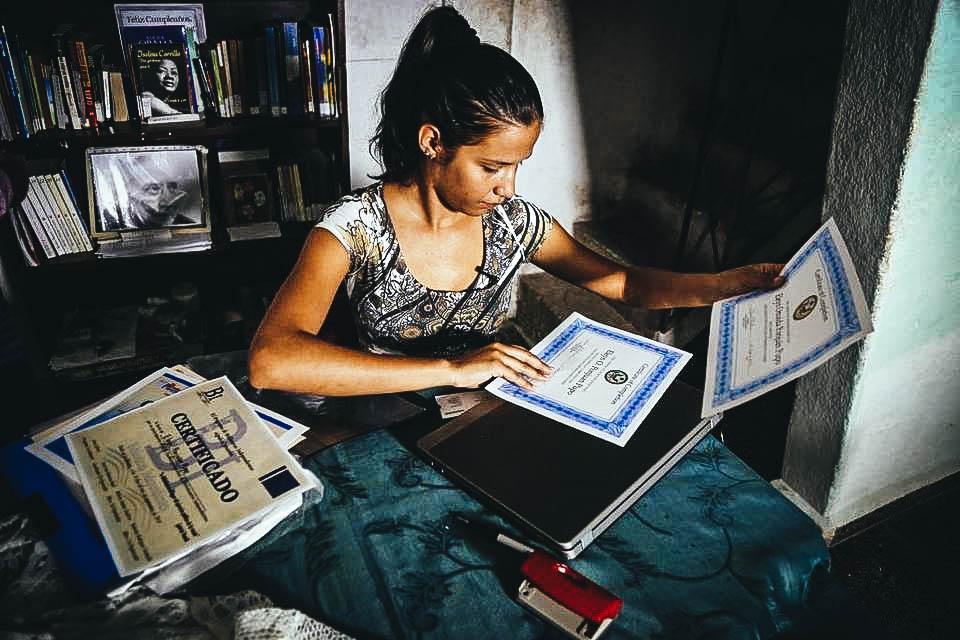 Una joven cubana que toma un curso de periodismo en la entonces Oficina de Inetereses de EE.UU. en La Habana, actual Embajada. Foto de archivo Desmond Boylan - AP