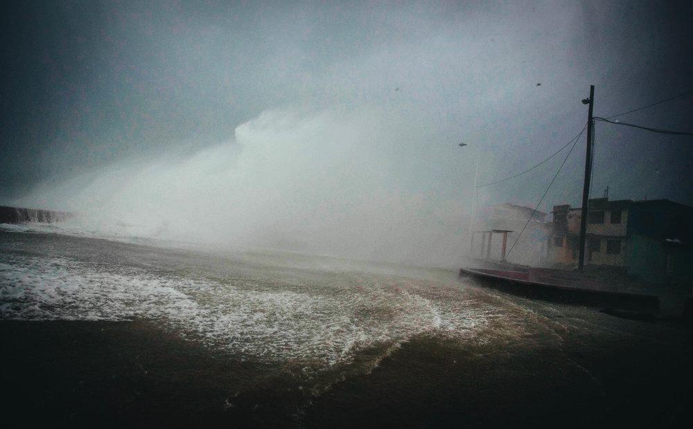 Vientos del huracán Matthew embisten el malecón de Baracoa, Cuba, el martes 4 de octubre del 2016. Ramon Espinosa AP