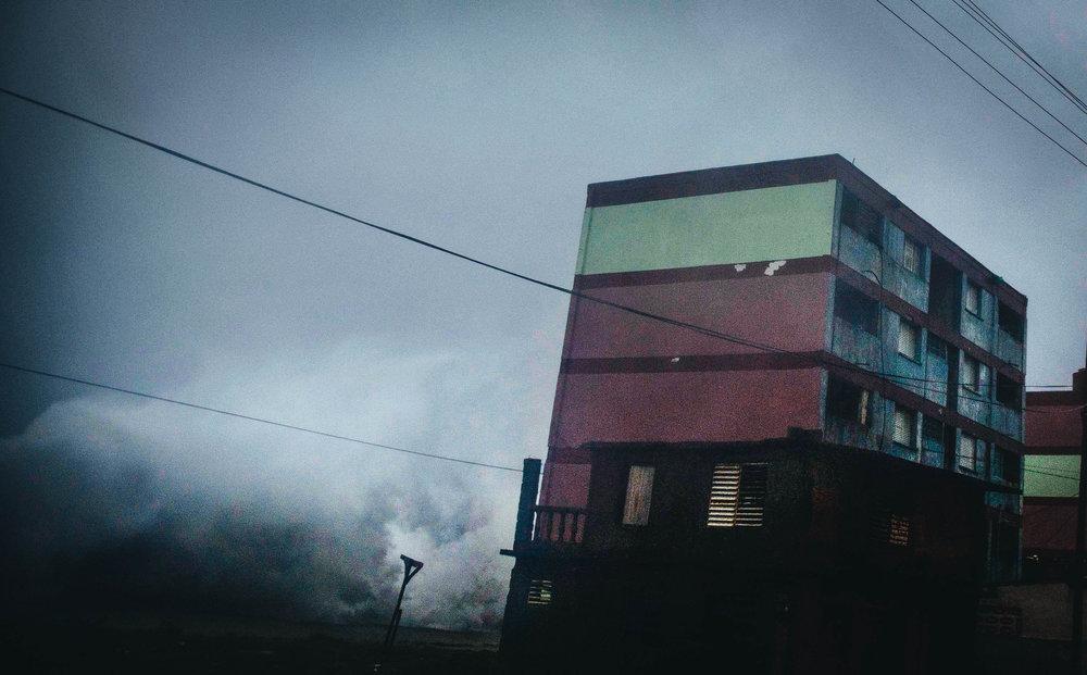 Una ola impacta contra un edificio en Baracoa, Cuba, el martes 4 de octubre del 2016. Ramon Espinosa AP
