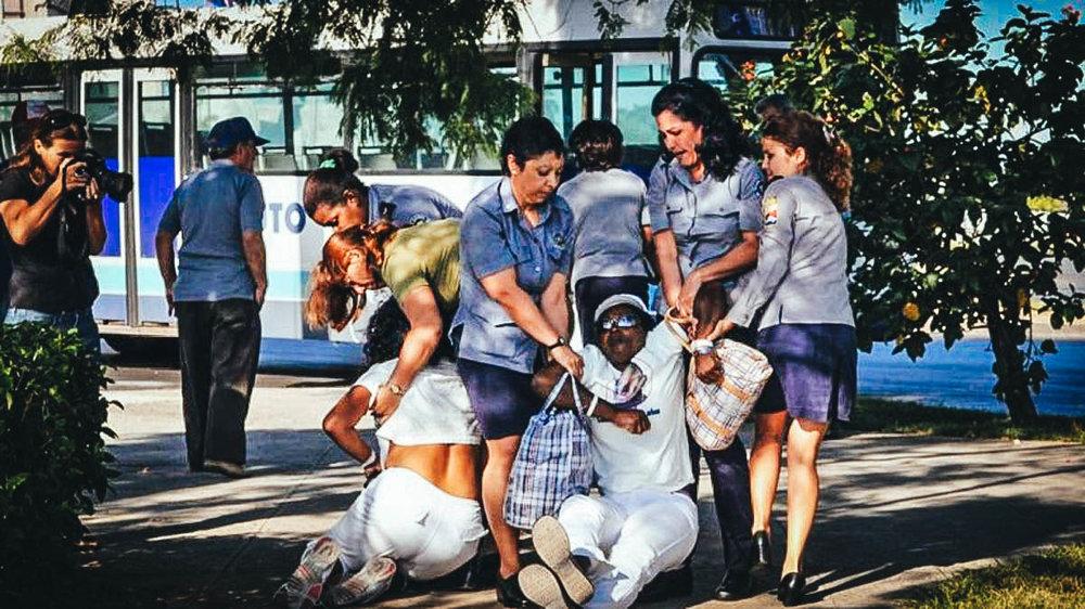 Represión a Damas de Blanco en Cuba por parte del régimen. (Foto de internet)