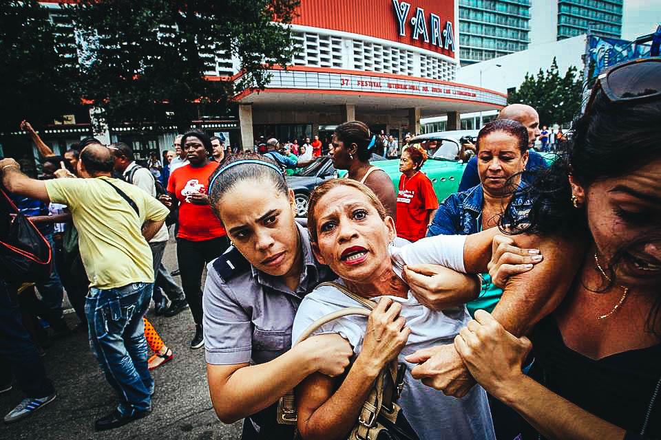 Una integrante de la Damas de Blanco es detenida, entre hostigamiento e insultos de sectores oficialistas, este jueves 10 de diciembre de 2015, en La Habana (Cuba). Más de un centenar de disidentes fueron detenidos en toda la isla para evitar manifestaciones en el día de los derechos humanos.