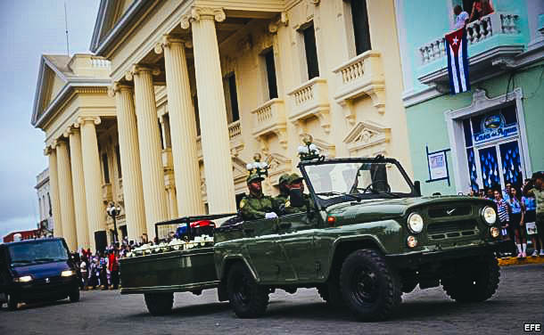 Cubanos saludan al paso de la caravana con las cenizas del fallecido líder de la revolución cubana, Fidel Castro, hoy, jueves 1 de diciembre de 2016, en Santa Clara (Cuba).