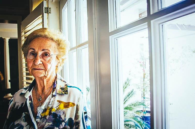 Juanita Castro, hermana del fallecido Fidel, acepta y se resigna en silencio al ver cómo tantos se regocijan y celebran lo que a ella le provoca un profundo dolor
