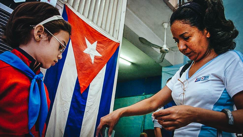 Una mujer participa en las elecciones en Cuba. (Foto: MARTÍ NOTICIAS)