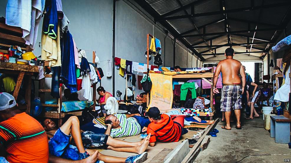Fotografía del 31 de julio de 2016 de ciudadanos cubanos en tránsito en la población de Turbo (Colombia).