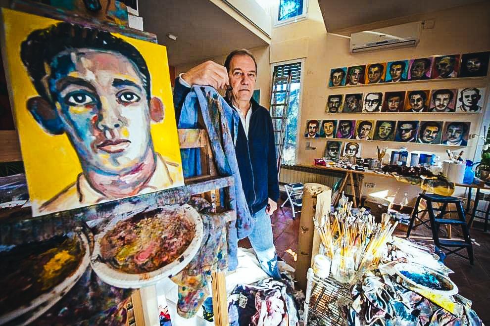 El artista cubano Juan Abreu en su estudio de Barcelona, rodeado por los retratos de los fusilados. FOTO EL MUNDO.