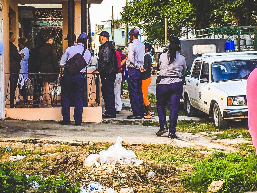 La seguridad del Estado ingresando a la casa de Karina Gálvez. FOTO CONVIVENCIA
