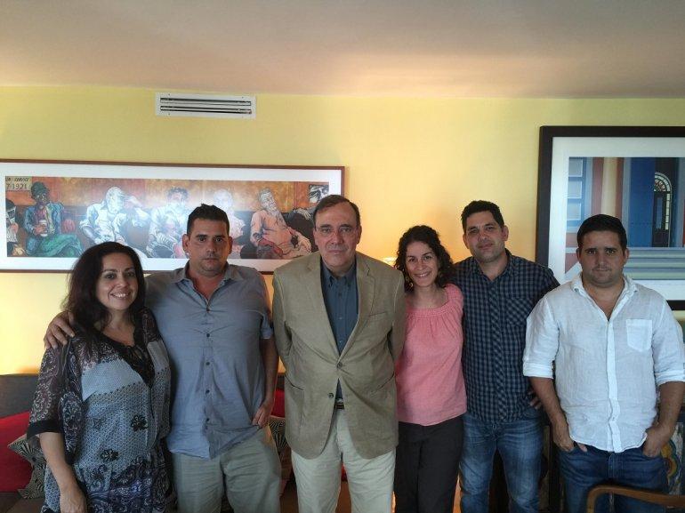Equipo de Voces de Cuba con su entrevistado Carlos Alberto Montaner. (SERGIO VALENS)