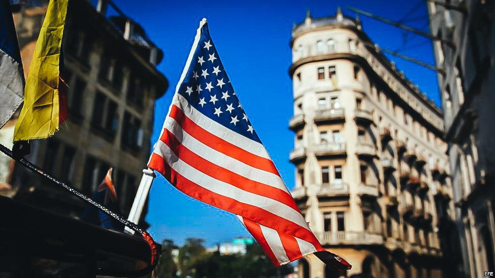 Una bandera de Estados Unidos ondea sobre un bicitaxi, en La Habana.