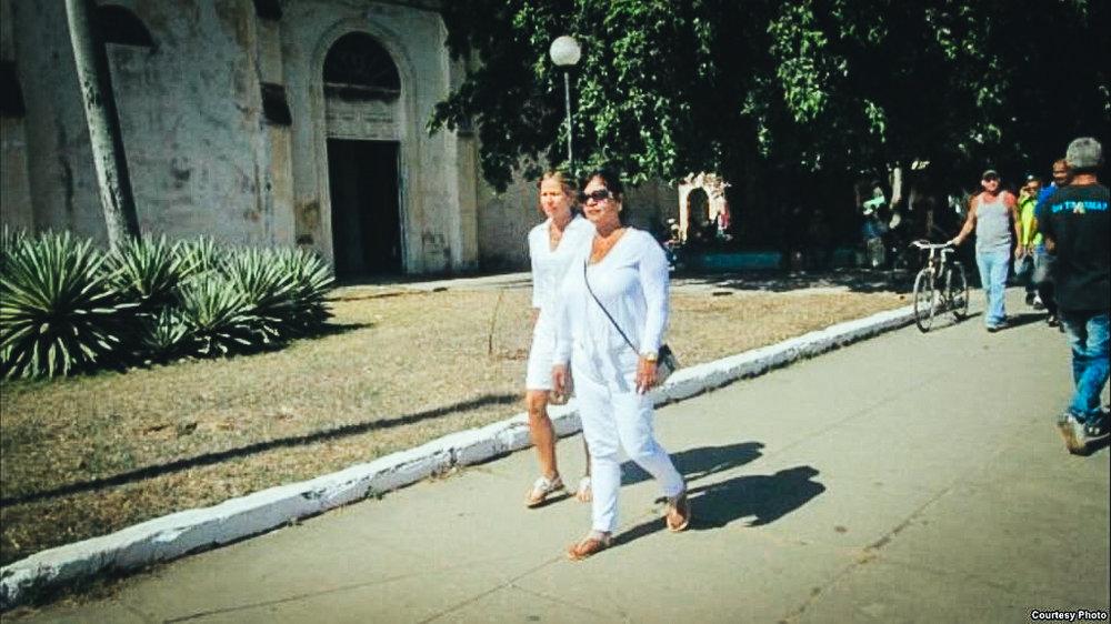 Damas de Blanco asisten a la misa en Colón