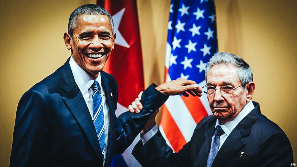 Raúl Castro y Barack Obama se saludan el 21 de marzo de 2016, durante una rueda de prensa tras una reunión sostenida en el Palacio de la Revolución, en La Habana.
