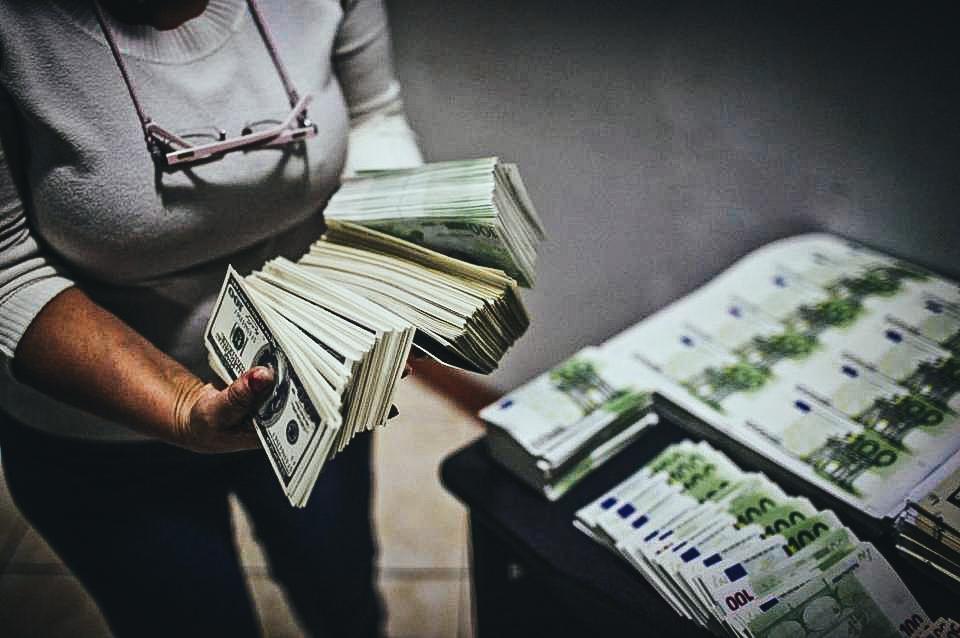 Vista de la falsificación de billetes en dólares y euros confiscado por autoridades en el 2013.ERNESTO BENAVIDES AFP/Getty Images