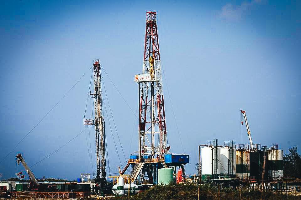 Un pozo de petróleo ubicado en la costa norte de La Habana.Alejandro Ernesto EFE