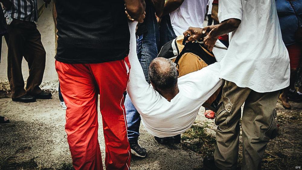 Un hombre es arrestado durante una marcha antigubernamental en La Habana.