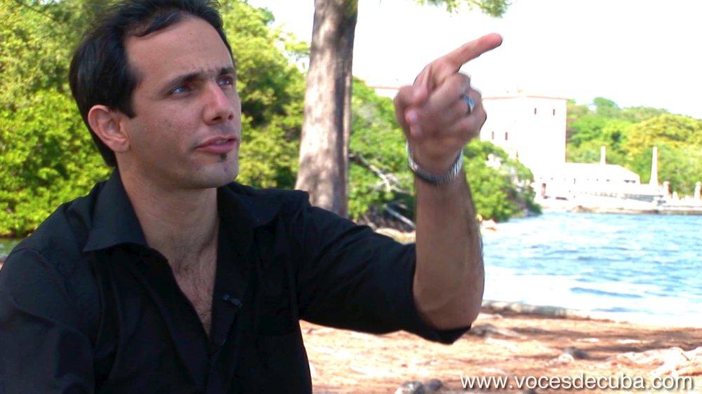 """HENRY CONSTANTÍN DURANTE LA ENTREVISTA EN """"VOCES DE CUBA""""."""