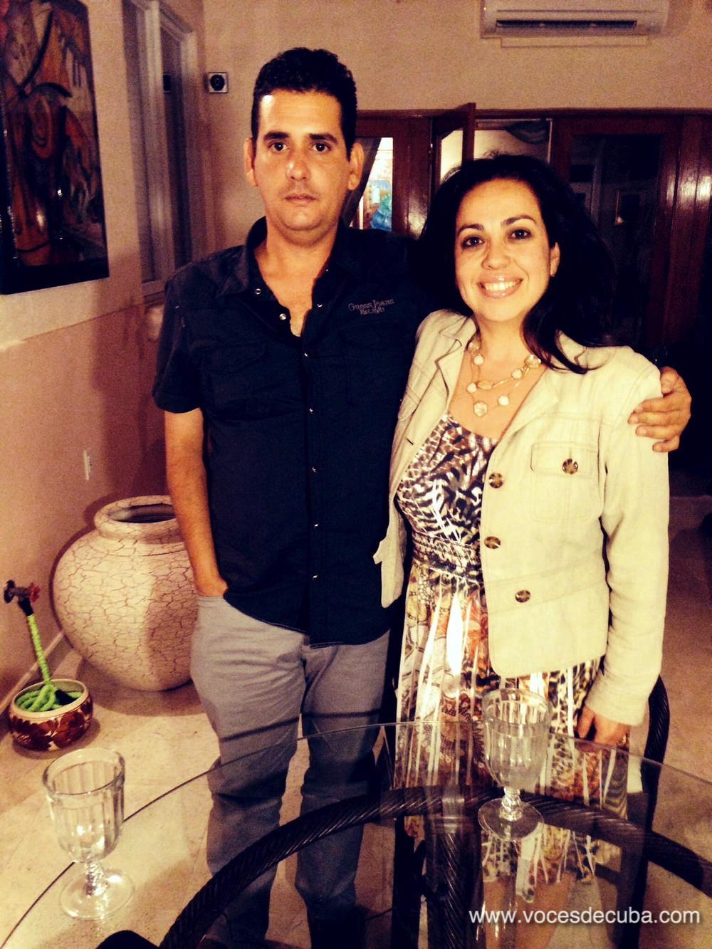 """Rodaje de """"Voces de Cuba"""" Jeffrey Puente García junto a Janisset Rivero"""