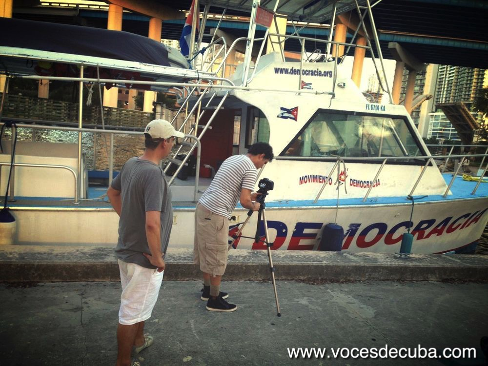 """EQUIPO DE """"VOCES DE CUBA"""" PREPARANDOSE PARA EL RODAJE EN EL """"DEMOCRACIA""""."""