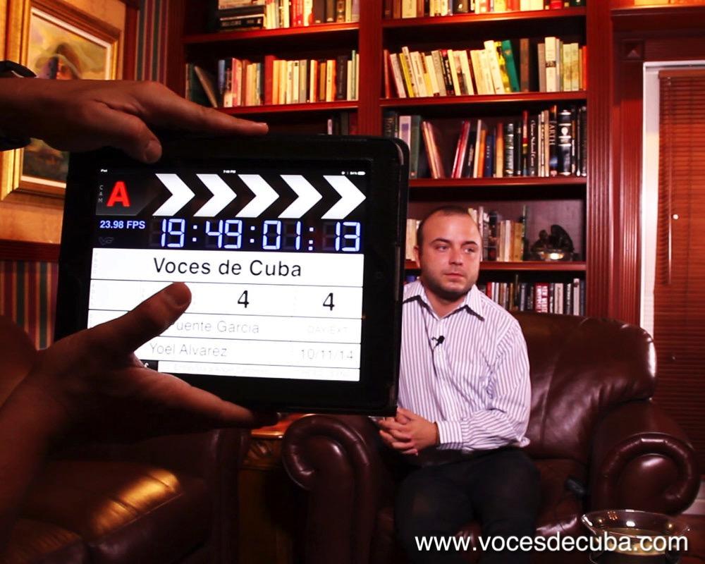 """ÁNGEL CARROMERO DURANTE EL RODAJE DE LA ENTREVISTA CON """"VOCES DE CUBA""""."""