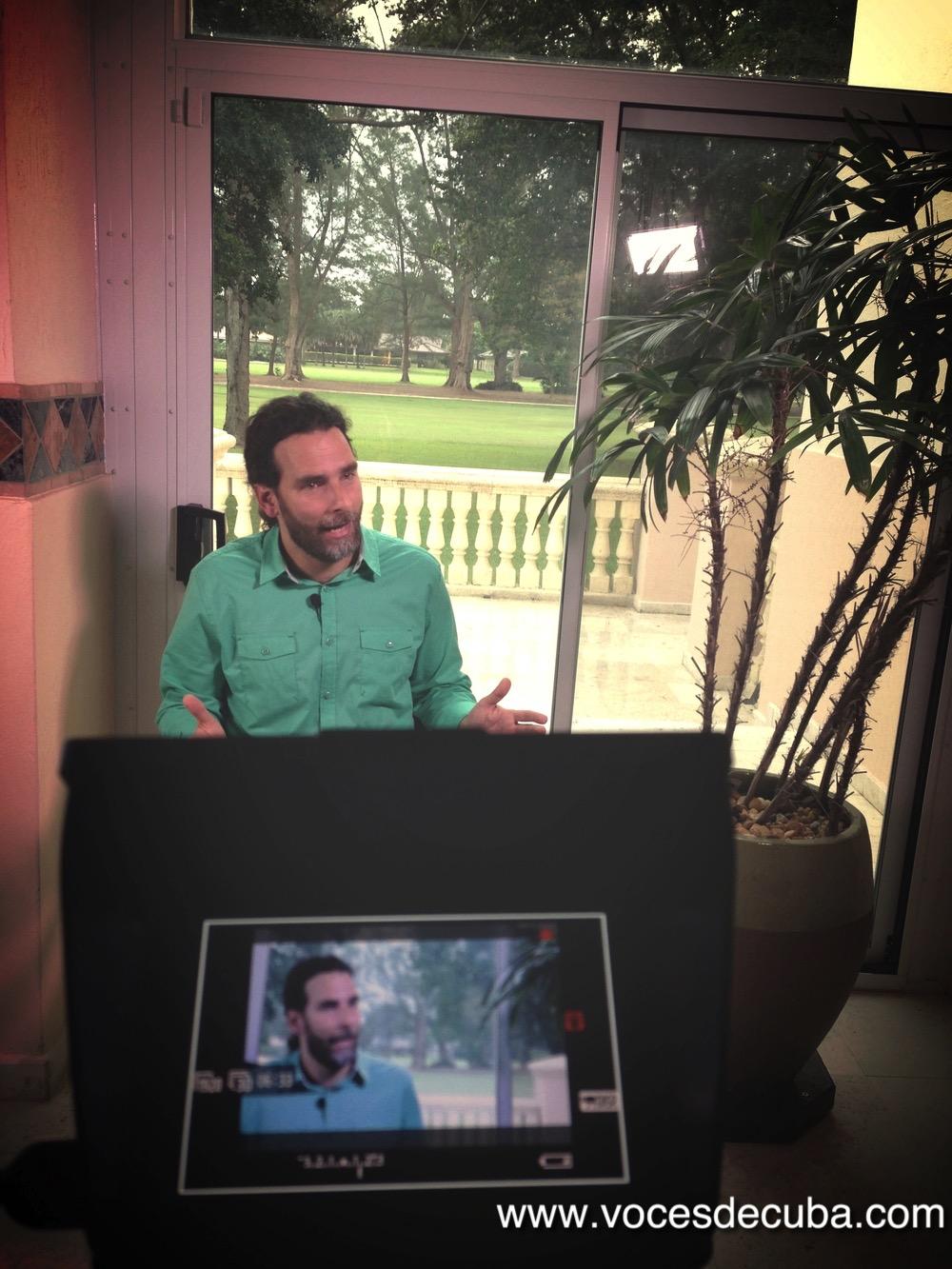 """Orlando Luis Pardo Lazo durante el rodaje de la entrevista con """"Voces de Cuba"""""""