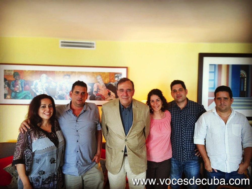 """Carlos Alberto Montaner junto al equipo de """"Voces de Cuba"""" durante el rodaje de la entrevista"""