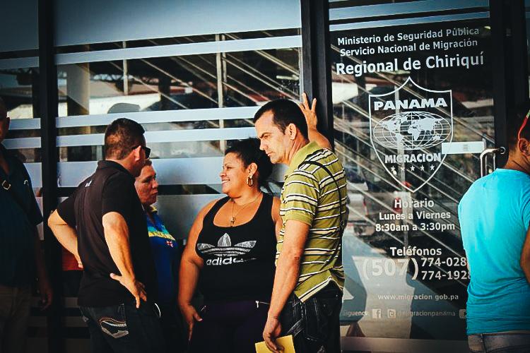 Migrantes cubanos en las puertas de la oficina de Migración de David, Chiriquí. LA PRENSA/EFE