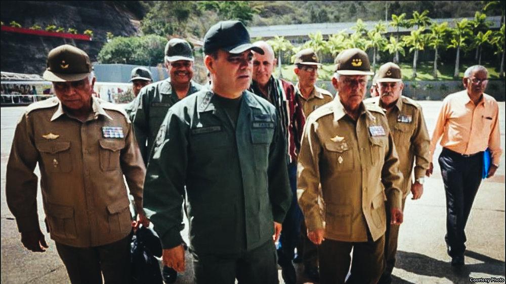 El jefe de la FANB venezolana, Vladimir Padrino (d), con oficiales militares cubanos