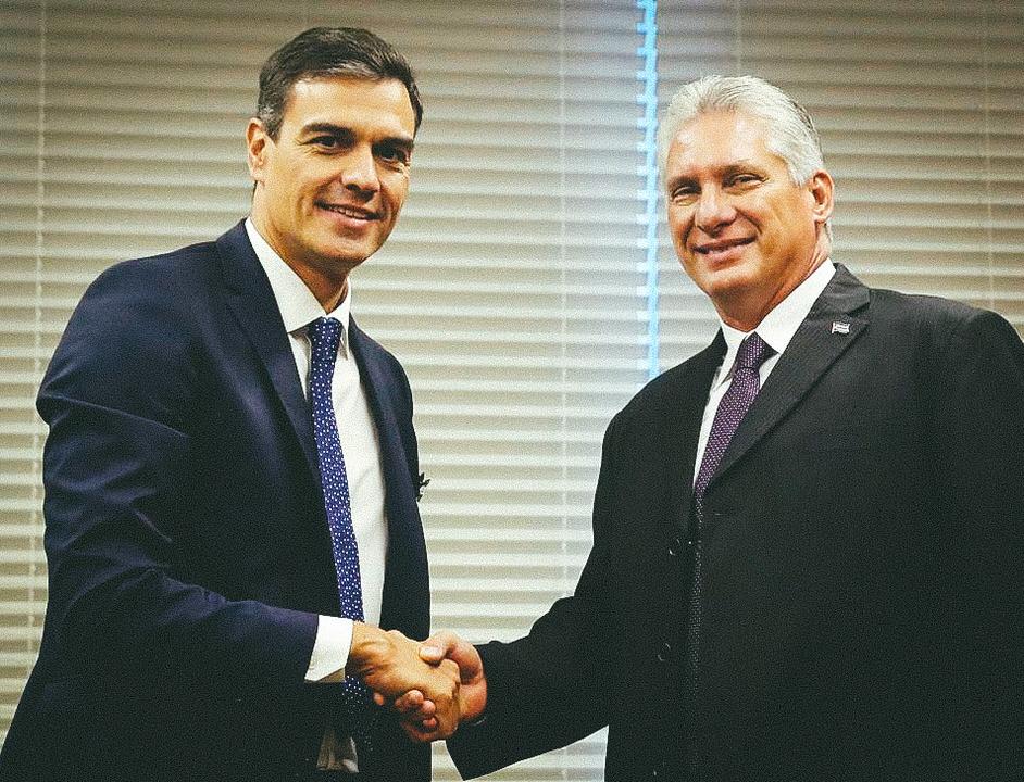 El presidente del gobierno español, Pedro Sánchez, junto al gobernante cubano Miguel Díaz-Canel