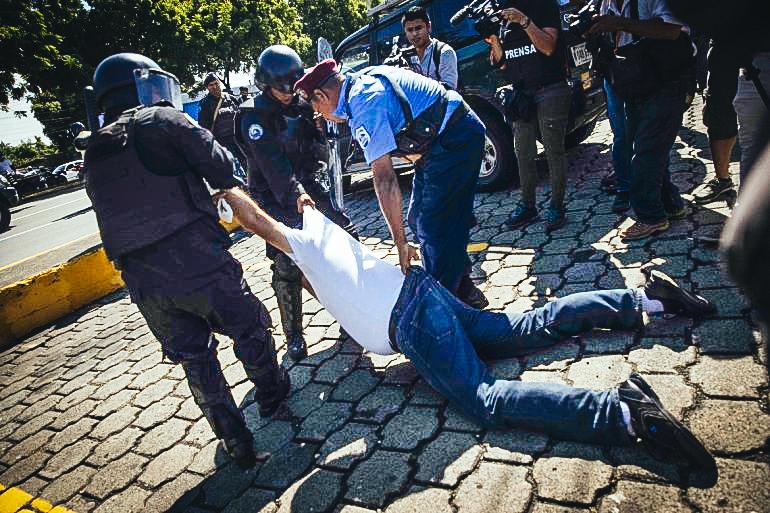 Policías del régimen nicaragüense detienen a un manifestante durante una marcha contra Daniel Ortega en Managua. EFE/Jorge Torres