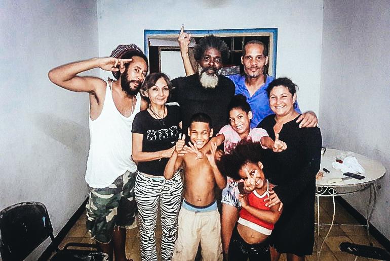 De izquierda a derecha- Sandor, Verónica Vega, Amaury Pacheco, Yasser Castellanos, Iris Ruiz, y los hijos de Amaury. DIARIO DE CUBA