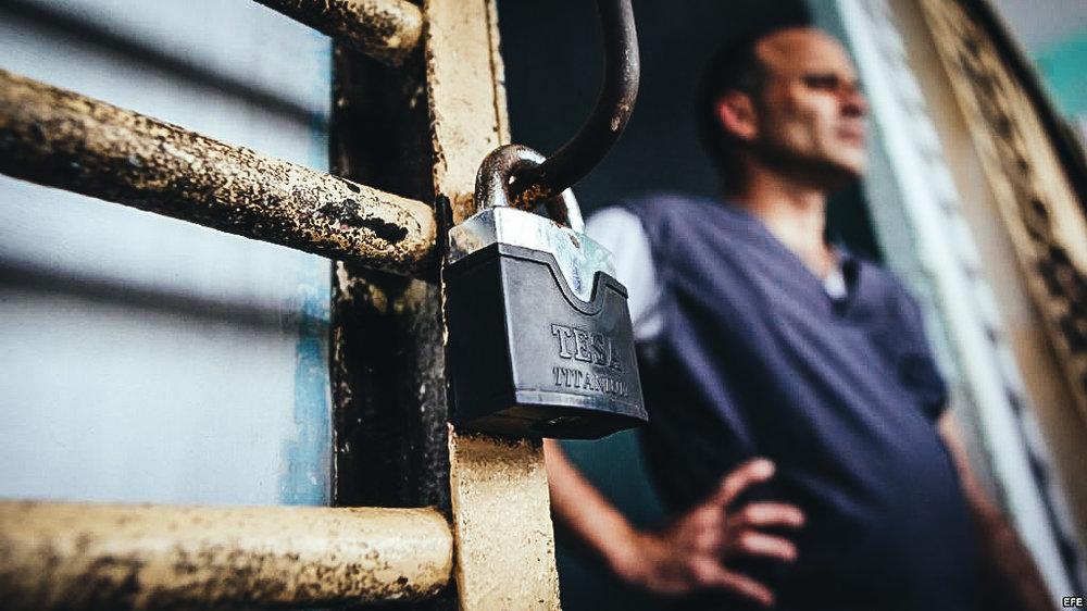Un recluso permanece en la puerta de su celda, en la prisión Combinado del Este, en La Habana.MARTI NOTICIAS