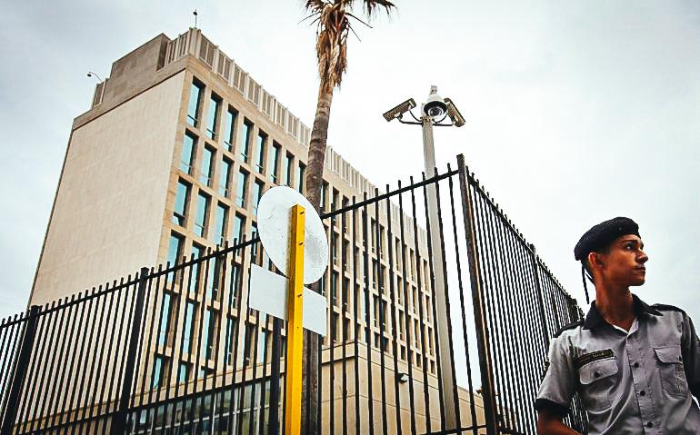 Vista exterior de la embajada de EEUU en La Habana.
