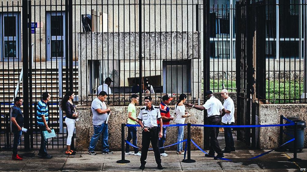 Fotografía del 12 de octubre de 2017, de varias personas que acuden a la embajada de los Estados Unidos en La Habana (Cuba).