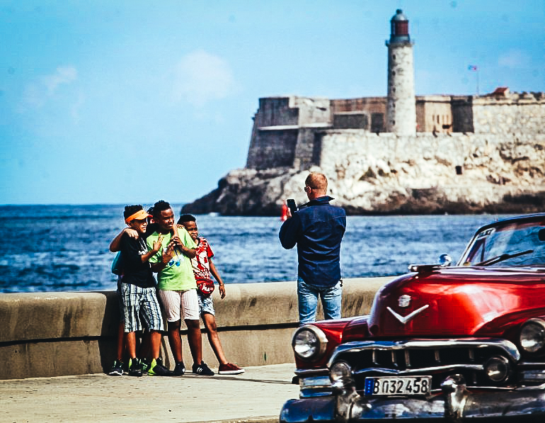 Personas se toman una fotografía en el malecón de La Habana. EFE