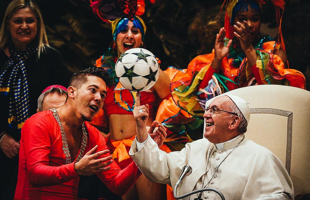 El papa Francisco recibe a miembros del Circo de Cuba durante la audiencia general de los miércoles en la Sala Pablo VI en el Vaticano hoy, 2 de enero de 2019.EFE