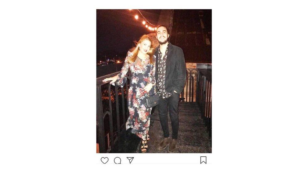 Tony Castro saliendo junto a su madre, Lissete Ulloa, de una paladar habanera. Instagram