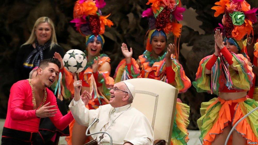 (Mientras el Sumo Pontífice recibía al Circo Nacional de Cuba, el Vaticano eliminaba de su página de noticias su celebración de los 60 años de la revolución cubana.)
