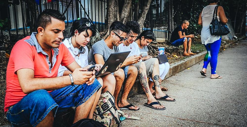 Cubanos conectándose a internet
