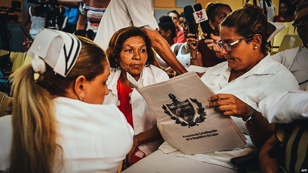Una enfermera lee el proyecto de Constitución en un policlínico de La Habana.