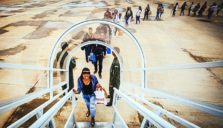 Médicos cubanos suben a un avión en Brasil. DIARIO DE CUBA / FUERZA AÉREA BRASILEÑA