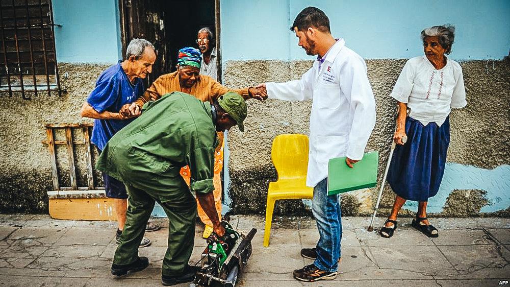 Médicos y soldados se alistan para fumigar una vivienda durante el brote de zika, chikungunya y dengue en La Habana, el 23 de febrero de 2016.